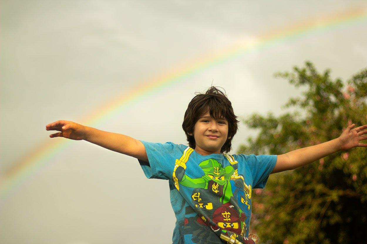 Niño arcoirs visión mundial