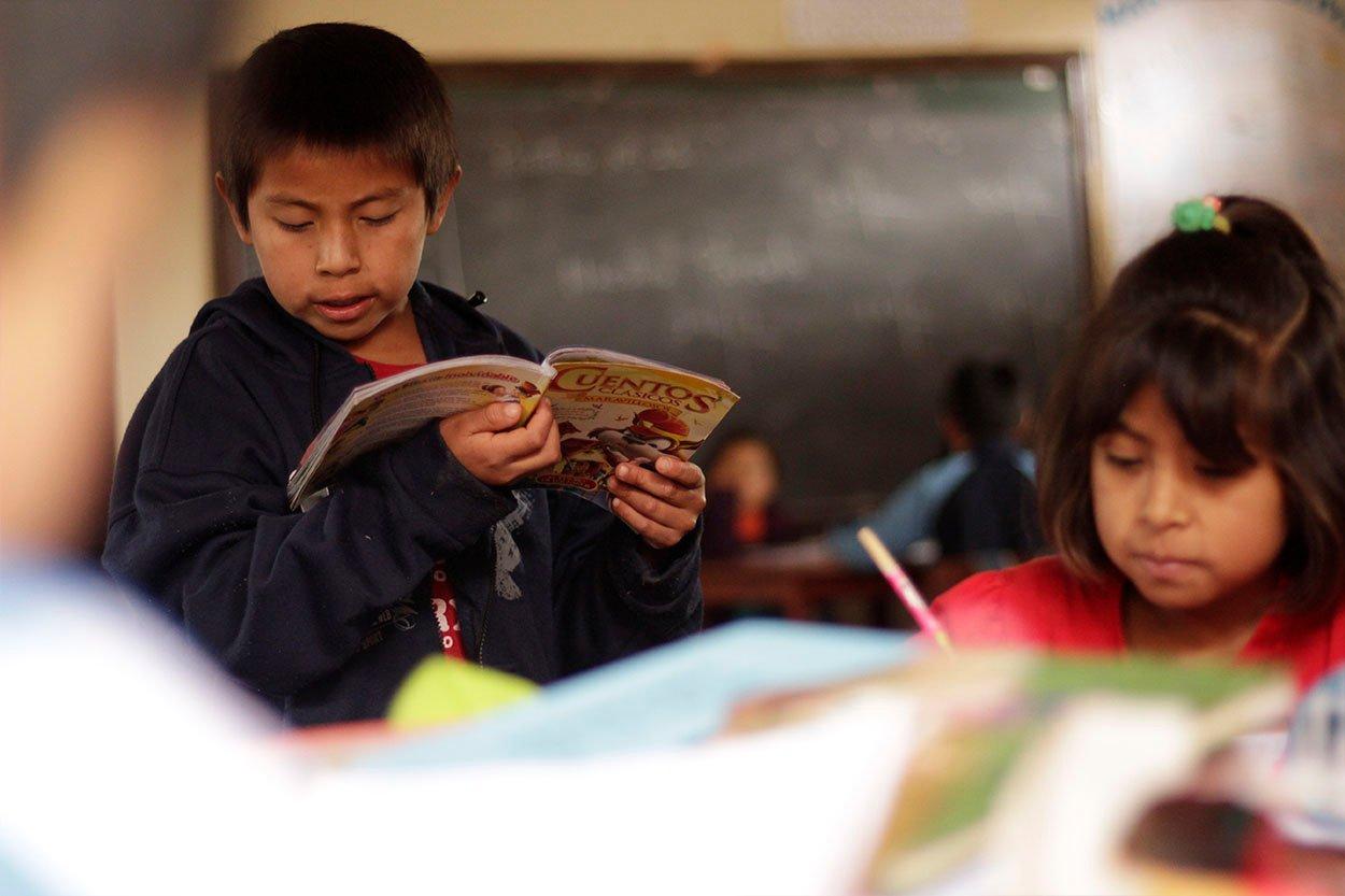 Niño leyendo educación World Vision