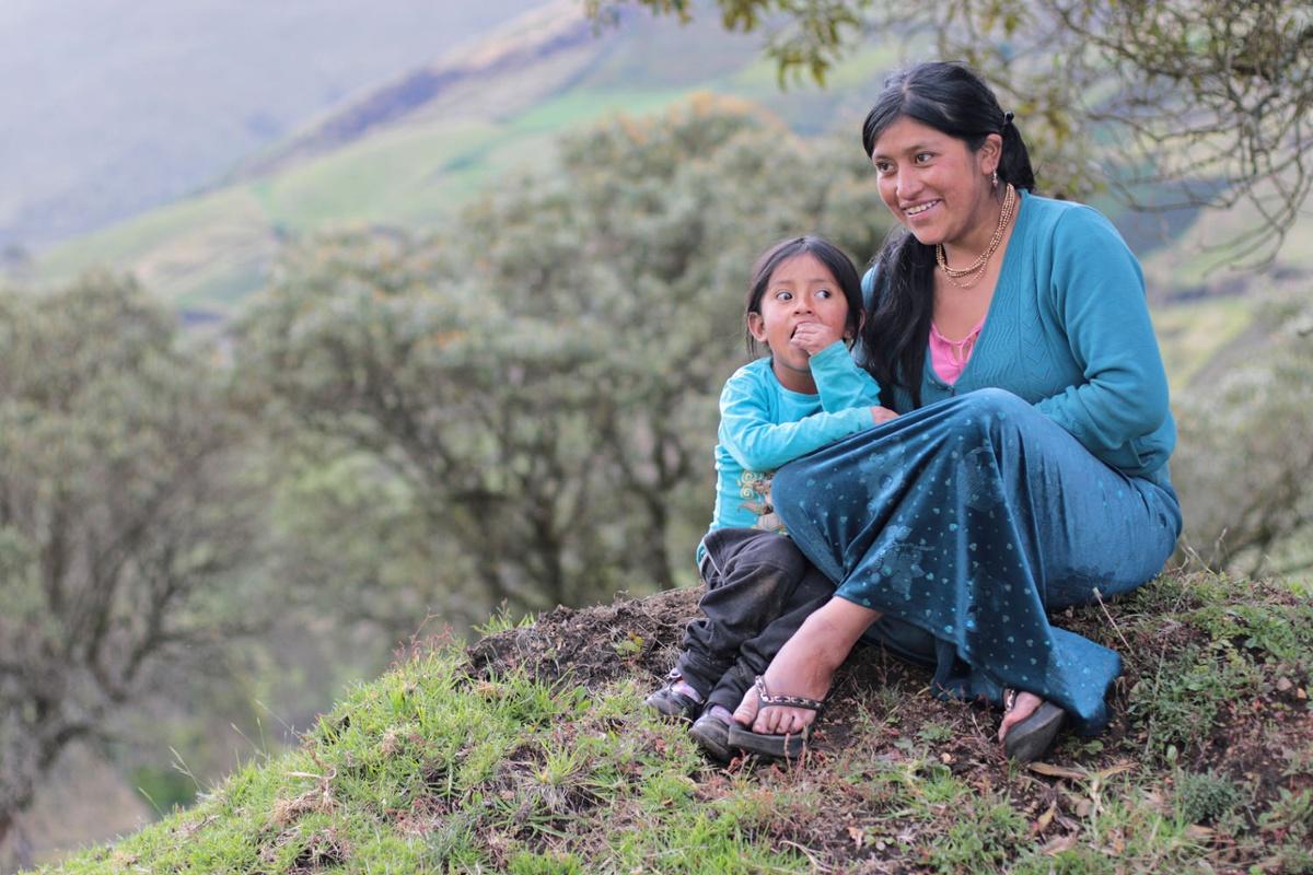 Madre e hija en pradera. Sierra (3)-1